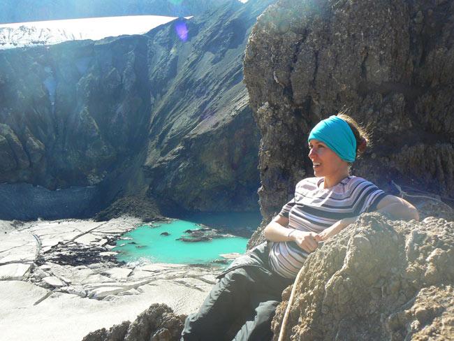 кислотное озеро в кратере вулкана